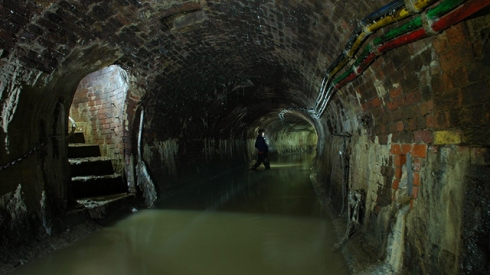 The sewers of London are the perfect setting for Gaiman's sense of humor and sense of horror.